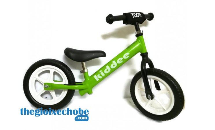Xe thăng bằng cho bé Kiddee màu xanh lá cây
