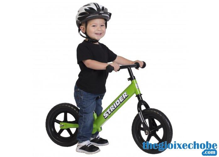 Xe thăng bằng cho bé Strider Classic màu xanh