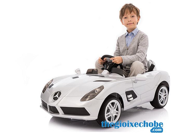 Xe ô tô điện trẻ em OZB-8888 màu trắng